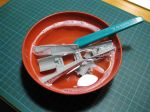 Bild - Innan någon form av målning sker är det viktigt att tvätta ytorna med lite ljummet vatten blandat med ett par droppar diskmedel. Anledningen är att det kan finnas en oljefilm som blir vid tillverkningen av plastdetarna för att delarna ska släppa från plastsprutningsverktyget. Oljan gör att färg har svårt att fästa och kan ibland bli bubblig och ojämn. Jag använder en tandborste för att riktigt få bort alla eventuella spår av eventuell olja.